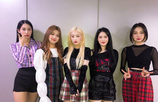 Tags: K-Pop, Hinapia, Jung Eunwoo, Gyeongwon, Kang Yaebin, Minkyeung, Kim Bada, Quintet, Bare Legs, Shorts, Red Lips, Checkered Pants