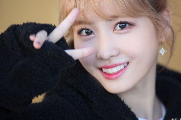 Tags: K-Pop, Twice, Hirai Momo, Close Up, V Gesture, Korean Text, Fansite Request