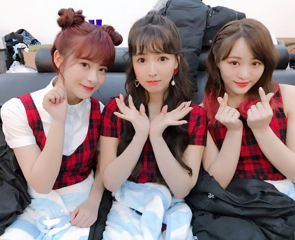 Tags: K-Pop, Honey Popcorn, Yua Mikami, Miko Matsuda, Moko Sakura, Heart Gesture, Short Sleeves, Checkered, Close Up, Full Group, Wavy Hair, Blunt Bangs
