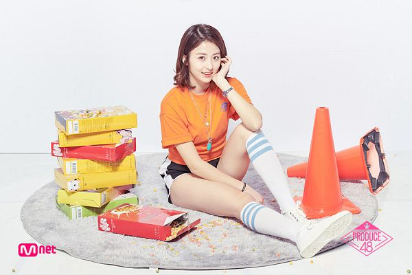 Tags: Television Show, K-Pop, Huh Yunjin, Thigh Highs, Chin In Hand, Carpet, Shoes, Black Shorts, Bracelet, Sneakers, Food, Hand On Head