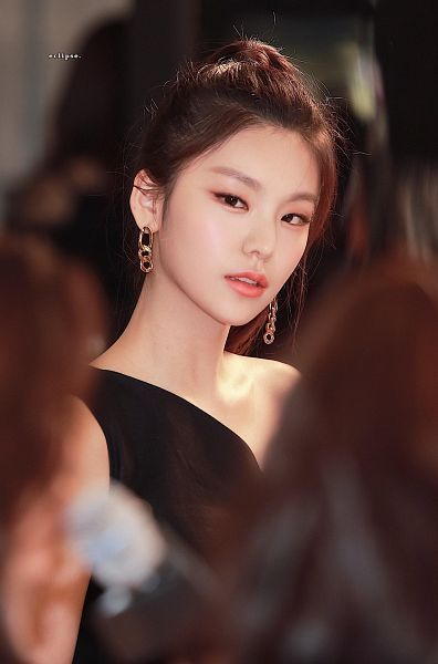 Tags: K-Pop, Itzy, Hwang Yeji, Hair Up, Ponytail, Bare Shoulders, Black Dress, Black Outfit