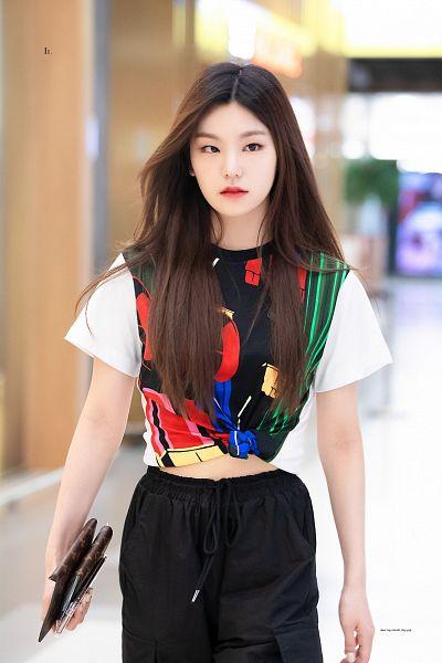 Tags: K-Pop, Itzy, Hwang Yeji, Looking Ahead, Black Pants, Bag, Pants, Black Shirt, Midriff