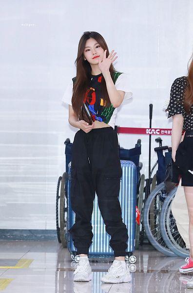 Tags: K-Pop, Itzy, Hwang Yeji, Full Body, Black Shirt, Shoes, Wave, Midriff, Boots, Black Pants, White Footwear