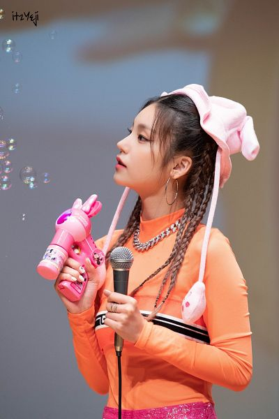 Tags: Itzy, Hwang Yeji, Orange Shirt, Looking Away, Animal Ears, Necklace, Bubbles, Microphone, Braids, Chair, Fansigning Event