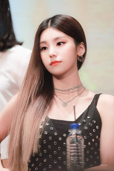 Tags: Itzy, Hwang Yeji, Looking Away, Bare Shoulders, Sleeveless, Bottle, Necklace, Black Eyes, Straw, Tank Top, Fansigning Event