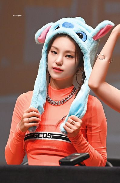 Tags: Itzy, Hwang Yeji, Necklace, Hat, Braids, Bracelet, Animal Hat, Orange Shirt, Table, Ring, Fansigning Event