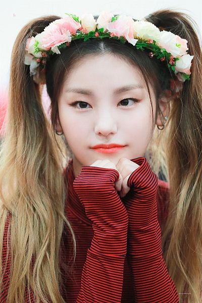 Tags: K-Pop, Itzy, Hwang Yeji, Light Background, Flower, Red Lips, White Background, Hair Ornament, Red Shirt, Heart Gesture, Striped, Crown