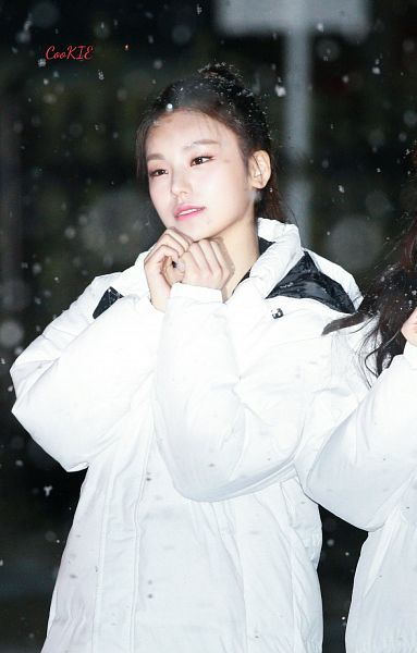 Tags: Itzy, Hwang Yeji, White Outerwear, White Jacket, Hair Up, Snow, Outdoors