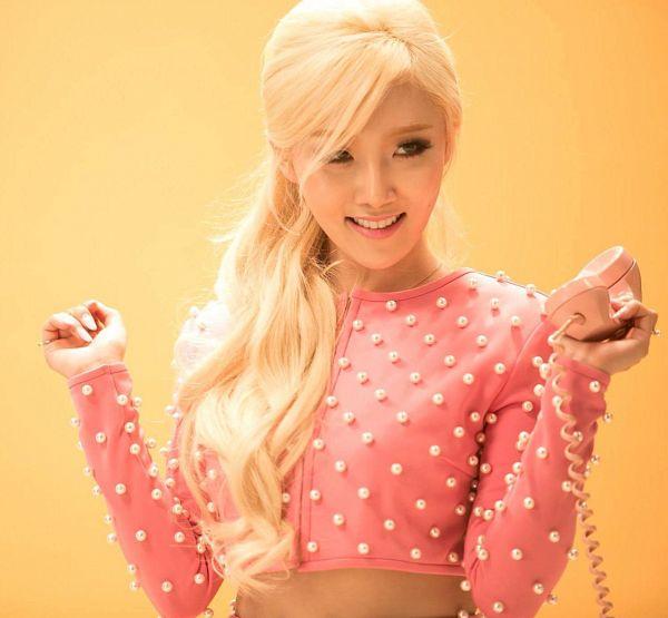 Tags: K-Pop, Mamamoo, Ahh Oop!, Hwasa, Orange Background, Pink Shirt, Midriff, Spotted Shirt, Looking Away