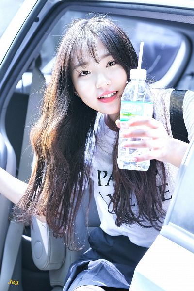 Tags: Hunus Entertainment, K-Pop, Elris, Hyeseong, Holding Object, Bottle, Blunt Bangs, Short Sleeves, Skirt, Black Skirt, Bag, Android/iPhone Wallpaper