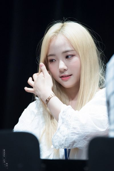 Tags: Hunus Entertainment, K-Pop, Elris, Hyeseong, Close Up, Dark Background, Hand In Hair, Looking Down, Looking Away, Black Background, Fansigning Event