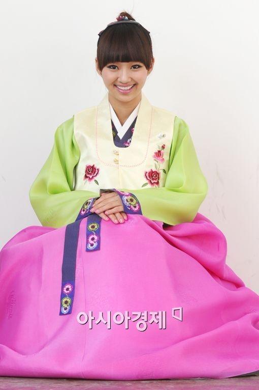 Tags: K-Pop, Sistar, Hyorin, Pink Skirt, Sitting On Ground, Hanbok, Skirt, Green Shirt, Hand On Leg, Hand On Knee, Traditional Clothes, Hair Up