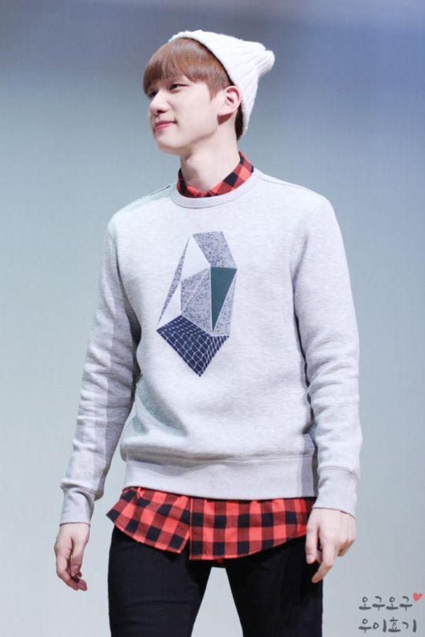 Tags: K-Pop, VIXX, Hyuk, Red Shirt, Looking Away, Checkered Shirt, Sweater, Black Pants, Korean Text, Checkered, Gray Background, White Headwear