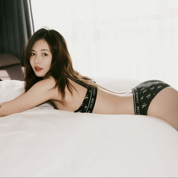 Tags: K-Pop, Hyuna, On Bed, Sleeveless, Red Lips, Suggestive, Light Background, Bare Shoulders, Butt, Bed, White Background, Bare Legs