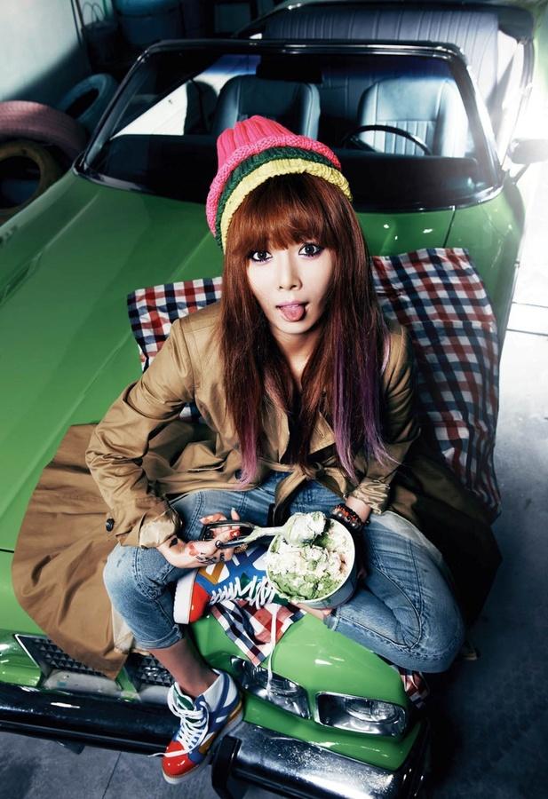 Tags: K-Pop, 4Minute, Hyuna, Green Headwear, Shoes, Blue Footwear, Yellow Headwear, Jeans, From Above, Sneakers, Pink Headwear, Looking Ahead