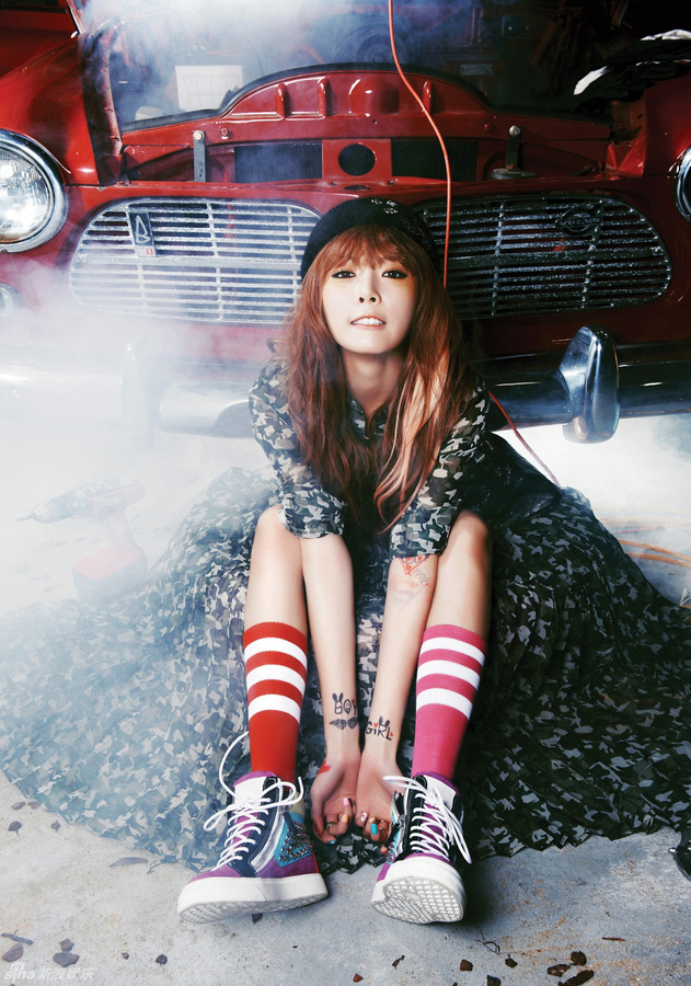 Tags: K-Pop, 4Minute, Hyuna, Black Dress, Car, Sneakers, Pink Legwear, Shoes, From Above, Black Outfit, Black Headwear, Looking Ahead