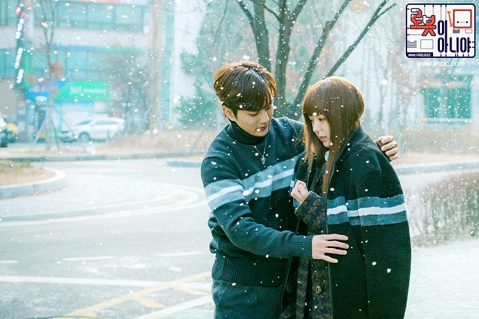 Tags: K-Drama, Chae Soo-bin, Yoo Seung-ho, Korean Text, Coat, Duo, Text: Series Name, Snow, Couple, Collar (Clothes), Text: URL, Road