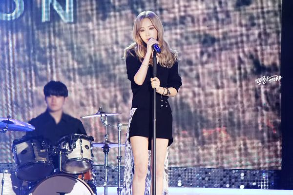 Tags: K-Pop, I (song), Kim Tae-yeon, Black Dress, Black Outfit, Microphone, Black Outerwear, Black Jacket, Bracelet, Covering Mouth, Blonde Hair, Wallpaper