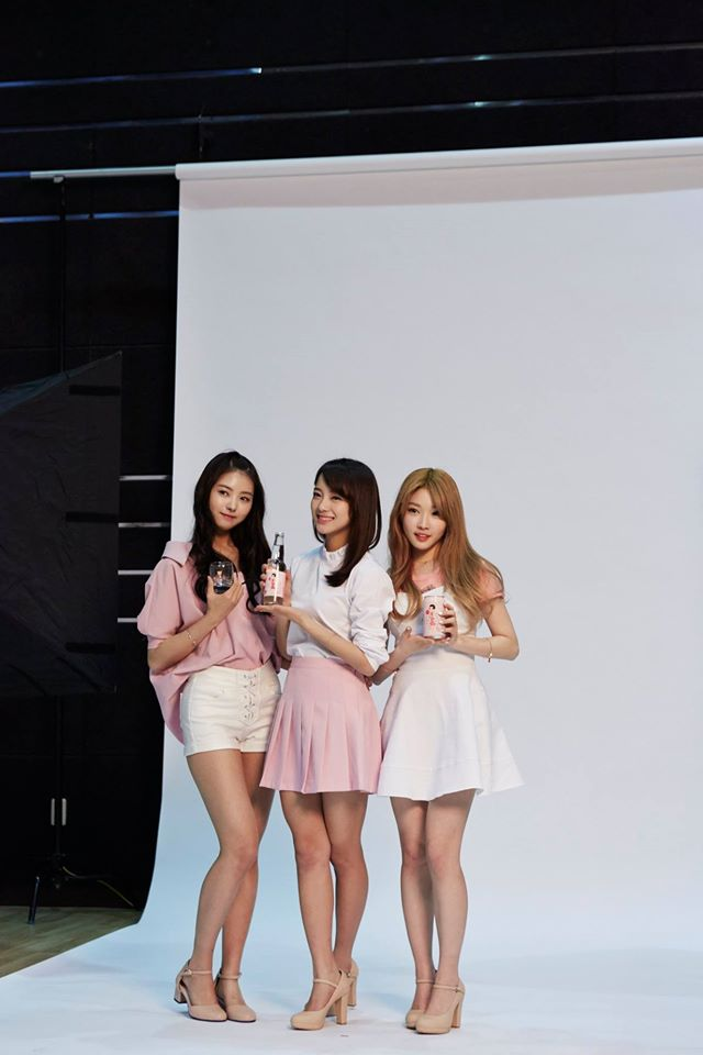 Tags: K-Pop, I.O.I, Im Nayoung, Kim Sejeong, Kim Chung-ha, Skirt, White Shorts, White Outfit, Three Girls, Trio, Pink Shirt, Soju