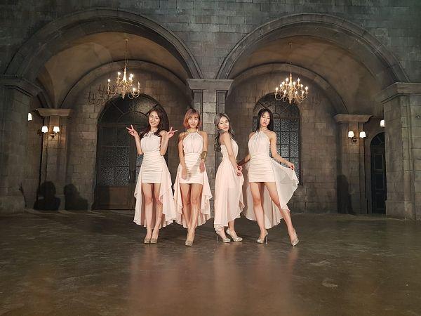 Tags: K-Pop, ICIA, Nayoon, Lee Bo-ra, Lee Ae, Coca, White Dress, Gray Hair, Medium Hair, Full Group, V Gesture, Lamp