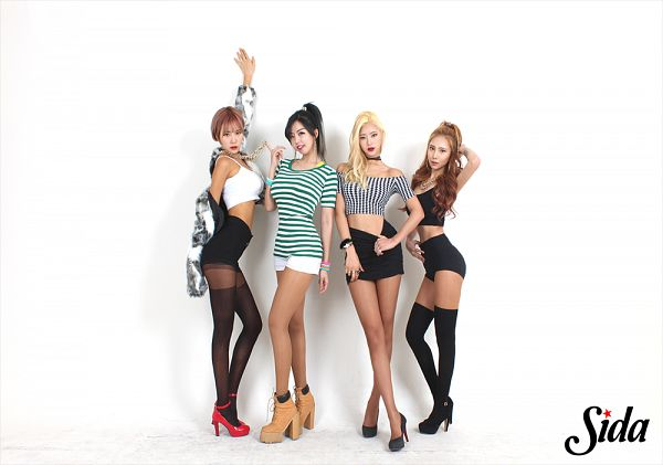 Tags: K-Pop, ICIA, Seona, Swan (Angels), Kim Hyeona, Lee Ae, Pink Hair, Necklace, Striped, Light Background, High Heels, Red Lips