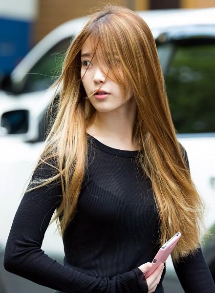 Tags: K-Pop, IU, Standing, Car, Black Shirt, Phone, Blue Shirt, Smartphone, Looking Ahead, Blonde Hair, Wind