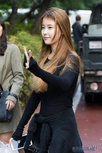 Tags: K-Pop, IU, Wind, Blonde Hair, Standing, Black Shirt, V Gesture, Blue Shirt