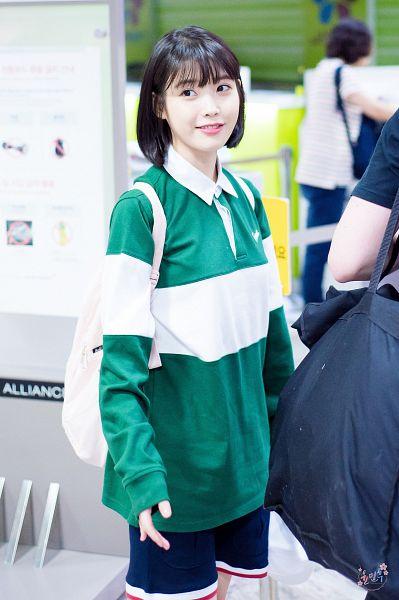 Tags: K-Pop, IU, Standing, Bag, Medium Hair, Green Shirt, Backpack, Android/iPhone Wallpaper