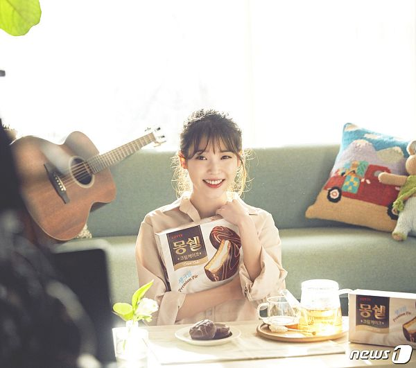 Tags: Loen Entertainment, K-Pop, IU, Tray, Musical Instrument, Pillow, Sweets, Chocolate, Couch, Brown Shirt, Guitar, Mong Shell