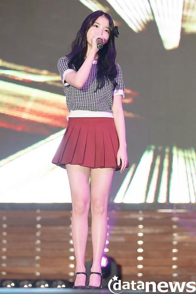 Tags: K-Pop, IU, Short Sleeves, High Heels, Skirt, Spotlight, Stage, Red Skirt, Hair Ornament, Shoes