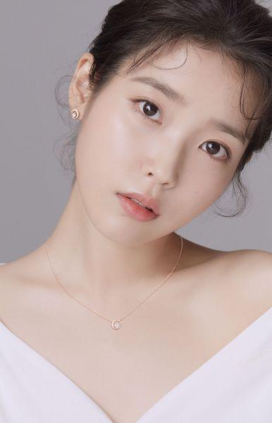 Tags: K-Pop, IU, Serious, Head Tilt, Necklace, Gray Background, Black Eyes, J.Estina