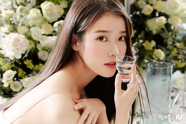 Tags: K-Pop, IU, Bare Back, White Flower, Water, Glass, White Outfit, Bare Shoulders, Back, Glass (Cup), White Dress, Cup