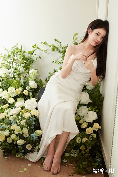 Tags: K-Pop, IU, Flower, White Outfit, White Flower, Barefoot, Rose (flower), White Dress, Chamisul