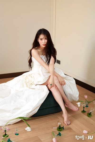 Tags: K-Pop, IU, Barefoot, Rose (flower), Glass (Cup), Crossed Arms, Cup, White Dress, Pink Flower, Light Background, Serious, Flower