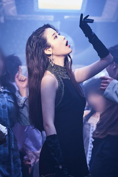 Tags: K-Pop, IU, Side View, Looking Up, Black Dress, Sleeveless, Bare Shoulders, Gloves, Sleeveless Dress, Black Outfit, Black Gloves, Lilac