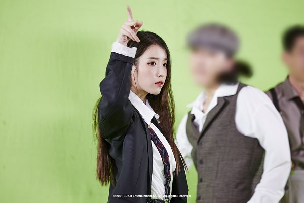 Tags: K-Pop, Coin (IU), IU, Tie, Red Lips, One Arm Up, Suit, Green Background