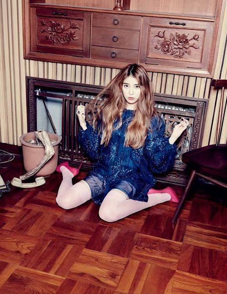 Tags: K-Pop, IU, Blue Dress, Kneeling, Bent Knees, Phone, Blonde Hair, Android/iPhone Wallpaper, Elle Korea, Magazine Scan