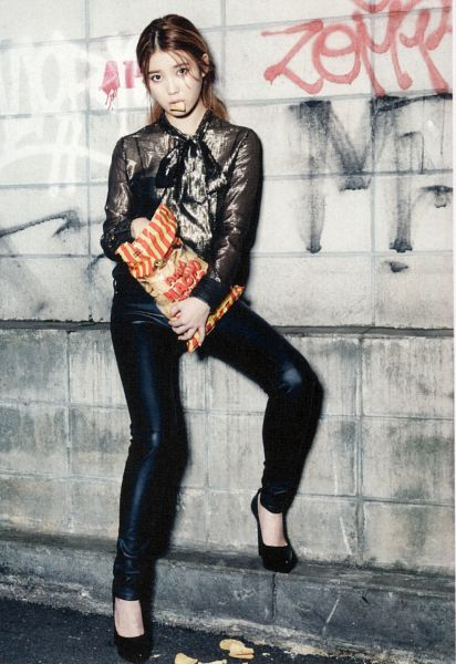 Tags: K-Pop, IU, Fries, Eating, Ponytail, Vegetables, Shoes, Road, Black Pants, High Heels, Black Footwear, Hair Up