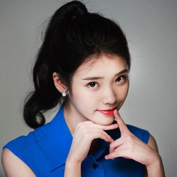 Tags: K-Pop, IU, Ponytail, Gray Background, Sleeveless, Facial Mark, Blue Shirt, Bare Shoulders, Mole, Chamisul