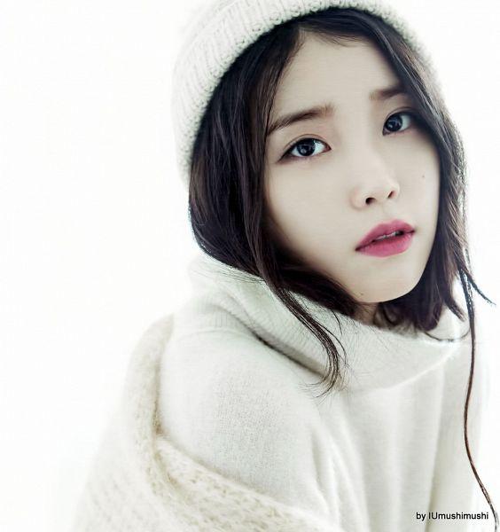 Tags: K-Pop, IU, Collar (Clothes), Hat, Facial Mark, White Headwear, Turtleneck, Light Background, Mole, White Background, White Outerwear, IU 2016 Calendar