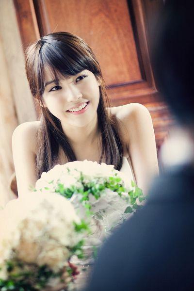 Tags: K-Pop, IU, Flower, Bare Shoulders, Bouquet