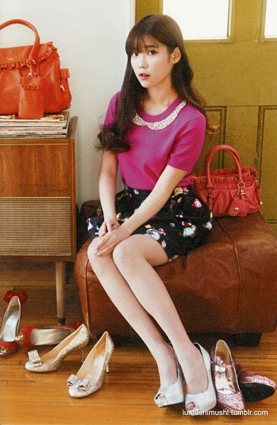 Tags: K-Pop, IU, Bag, Black Skirt, Pink Shirt, Shoes, Short Sleeves, Necklace, Skirt, Android/iPhone Wallpaper, IU Love One Photobook