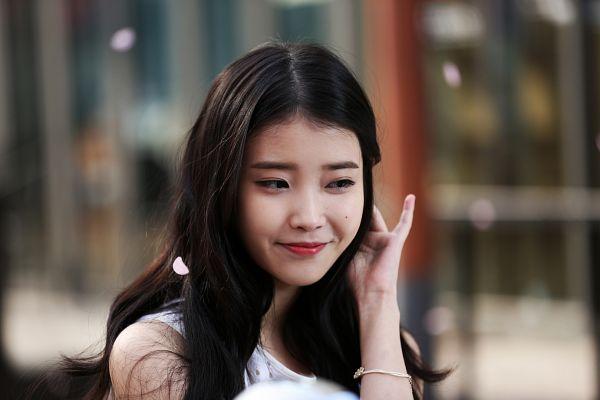 Tags: K-Pop, IU, Petals, Red Lips, Facial Mark, Mole, Bracelet, Wallpaper, Sbenu