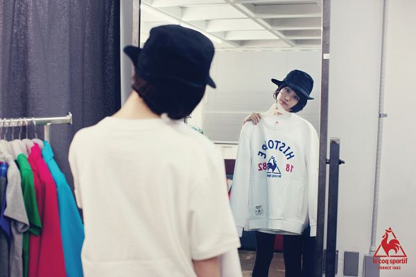 Tags: K-Pop, IU, Glass, Looking At Reflection, Head Tilt, Mirror, Reflection, Hat, Le Coq Sportif, Wallpaper