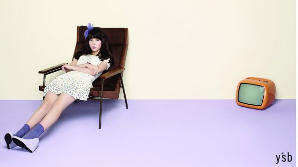Tags: K-Pop, IU, High Heels, Make Up, Television, Yellow Background, Text: Brand Name, Purple Bow, Full Body, Bare Legs, White Dress, Hair Bow