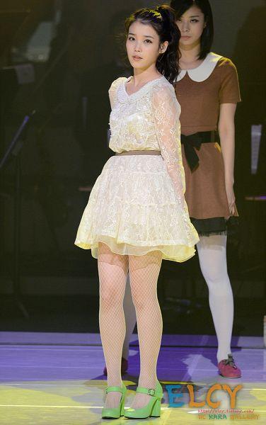 Tags: K-Pop, IU, Belt, Pantyhose, Hair Up, High Heels, Ponytail, White Dress, Green Footwear, White Outfit, Shoes, White Legwear