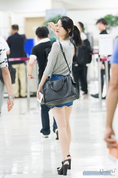 Tags: K-Pop, IU, Full Body, Sandals, V Gesture, Blue Skirt, Looking Back, High Heels, Bag, Hair Up, Skirt, Red Lips