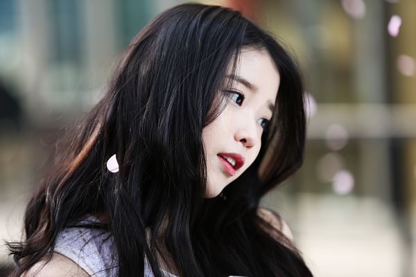 Tags: K-Pop, IU, White Dress, Black Eyes, Looking Away, Bare Shoulders, White Outfit, Wallpaper, Sbenu