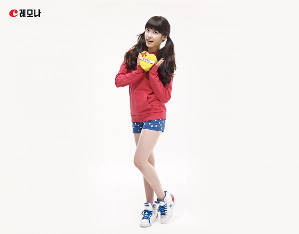 Tags: K-Pop, IU, Spotted Shorts, White Background, Box, Shoes, Blue Shorts, Sneakers, Shorts, Korean Text, Hoodie, Spotted