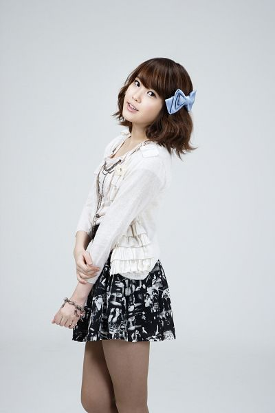 Tags: K-Pop, IU, Gray Background, Hair Ornament, Bracelet, Hair Bow, White Outerwear, Skirt, White Jacket, Blue Bow, Pantyhose, Black Skirt